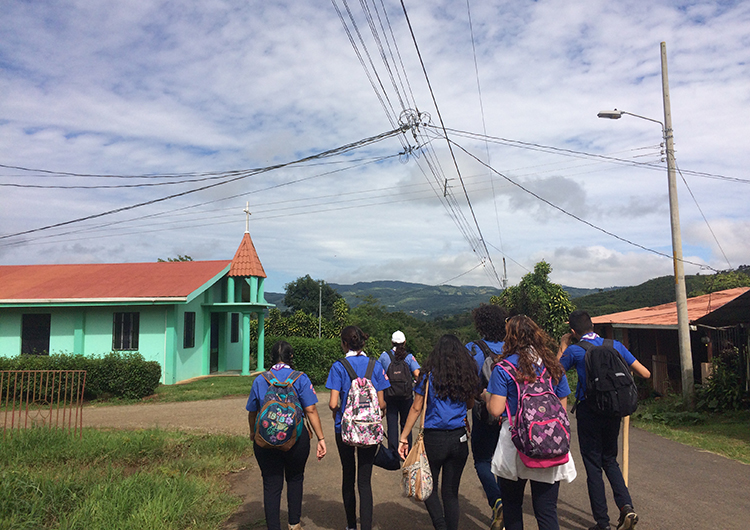 walking-in-a-group-costa-rica